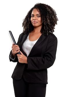 Donna brasiliana nera esecutiva allegra e sorridente isolata su bianco, che tiene un taccuino.