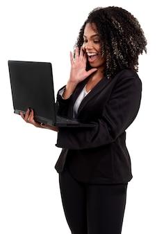 Donna brasiliana nera esecutiva allegra e sorridente isolata su bianco, lavorando con un taccuino.