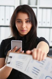 Donna bruna che dà documento finanziario