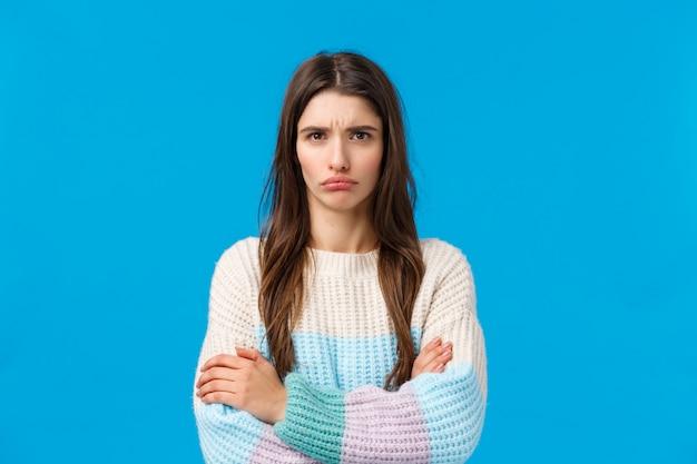 Donna bruna con maglione invernale arrabbiato
