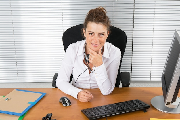 Donna bruna in ufficio in un edificio moderno