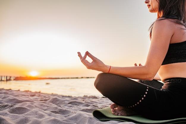 Donna calma spensierata che medita in natura. pace interiore di ricerca. pratica yoga. stile di vita di guarigione spirituale. godere della pace, terapia antistress, meditazione consapevole. energia positiva. equilibrio chakra