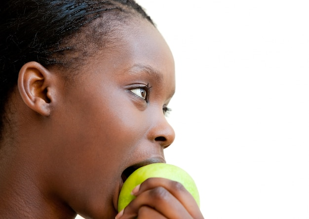 Donna carina che mangia mela