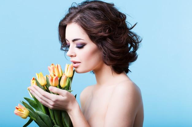 Donna carina con bouquet di tulipani.