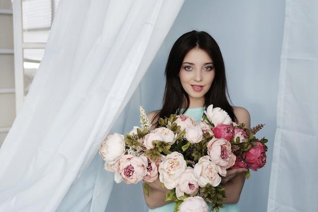 Donna carina con bouquet floreale
