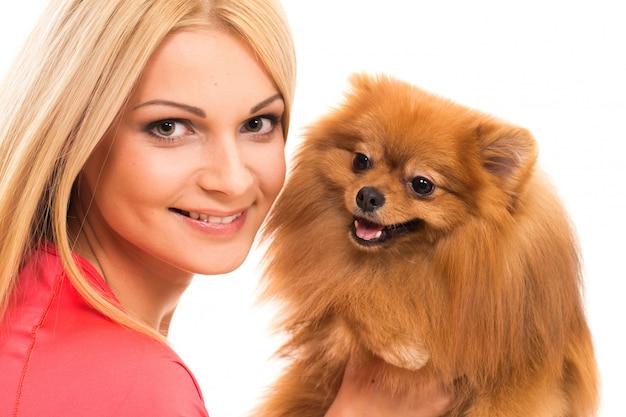 Donna carina con un cane