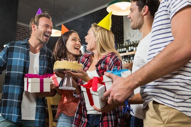 Donna carina festeggia il suo compleanno con un gruppo di amici