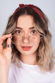 Donna carina in posa con gli occhiali