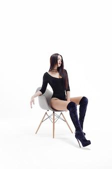 Donna castana alla moda ed elegante in tuta nera
