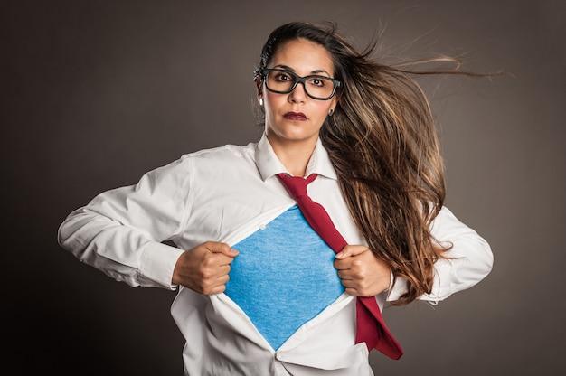 Donna castana che apre la sua camicia come un supereroe