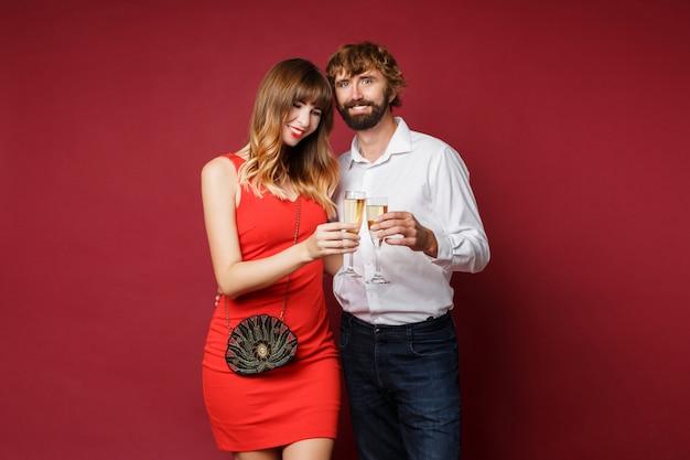 Donna castana con suo marito che tiene vetro di champagne