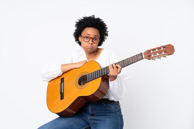 Donna castana con una chitarra sopra fondo bianco