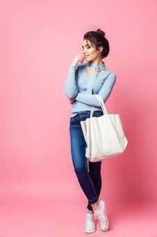Donna casual allegra con borsa