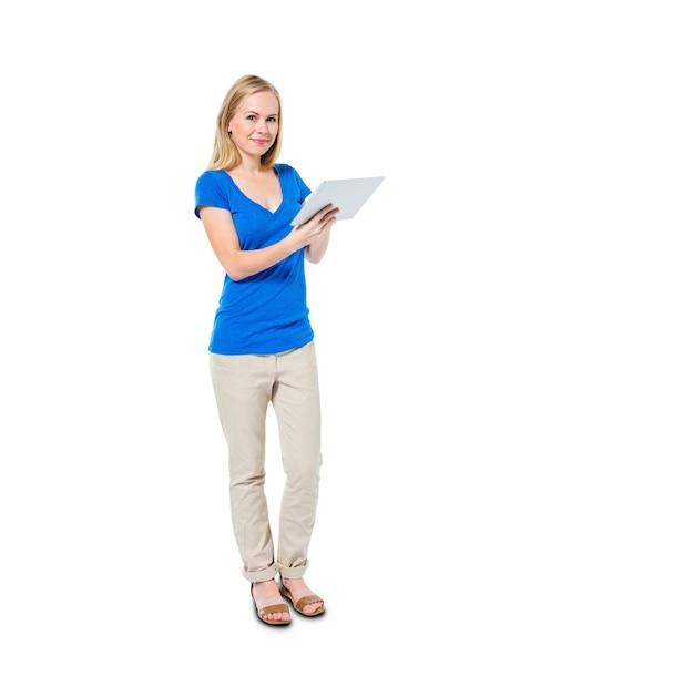 Donna casuale allegra che tiene compressa digitale