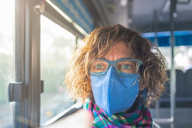 Donna caucasica che indossa maschera sanitaria all'interno mentre si viaggia in autobus in vietnam. turista con protezione per mascherina medica contro il rischio di nuovo virus corona covid-19 in asia