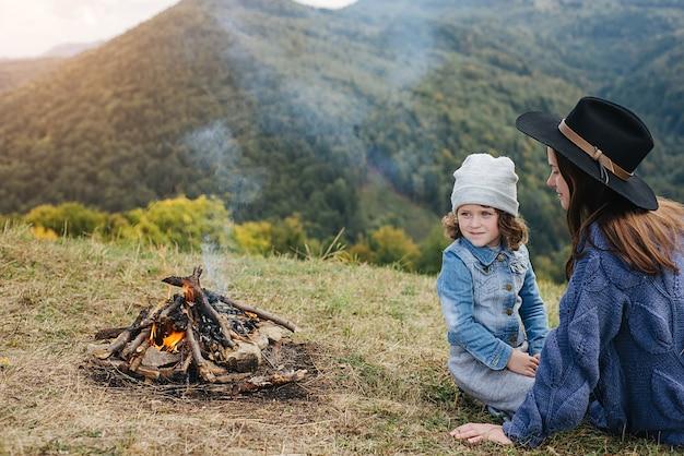 Donna caucasica con bambino in montagna