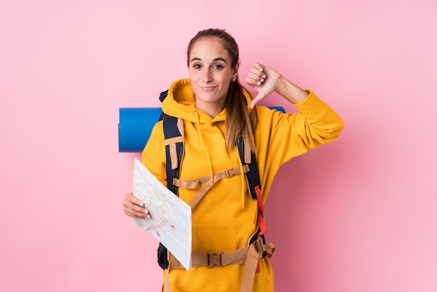 Donna caucasica del giovane viaggiatore isolata mostrando un gesto di avversione, pollici giù. concetto di disaccordo.