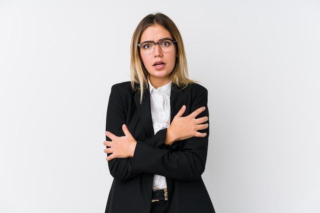 Donna caucasica di giovani affari che va fredda a causa della bassa temperatura o di una malattia.