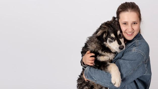 Donna che abbraccia cane carino