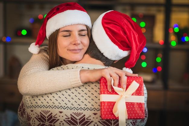Donna che abbraccia uomo per regalo