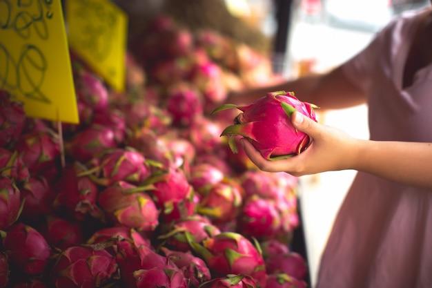 Donna che acquista frutta biologica