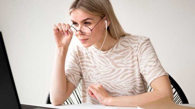 Donna che adegua i suoi occhiali da lettura