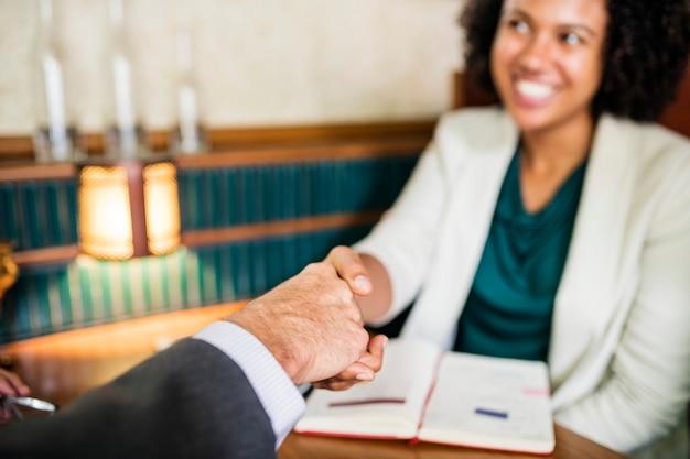 Donna che agita le mani con il socio in affari