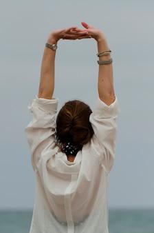 Donna che allunga le sue braccia, sayulita, nayarit, messico