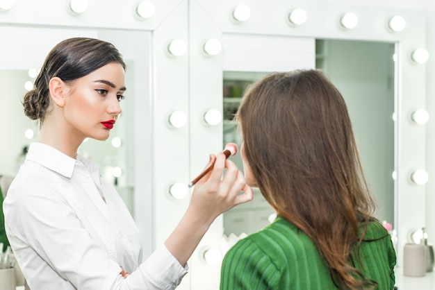 Donna che applica cosmetici