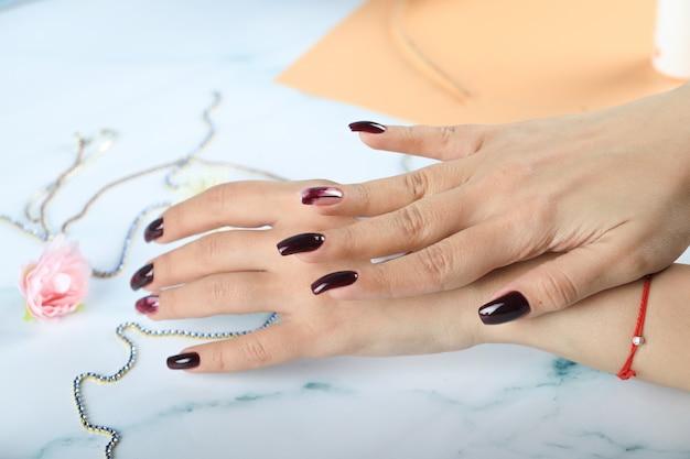 Donna che applica crema per le mani alle sue mani e massaggio
