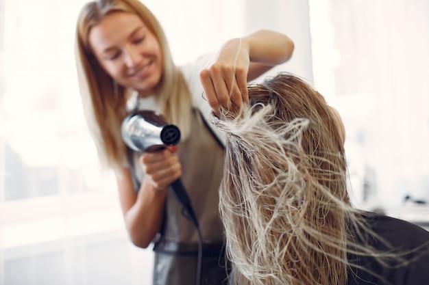 Donna che asciuga capelli in un hairsalon