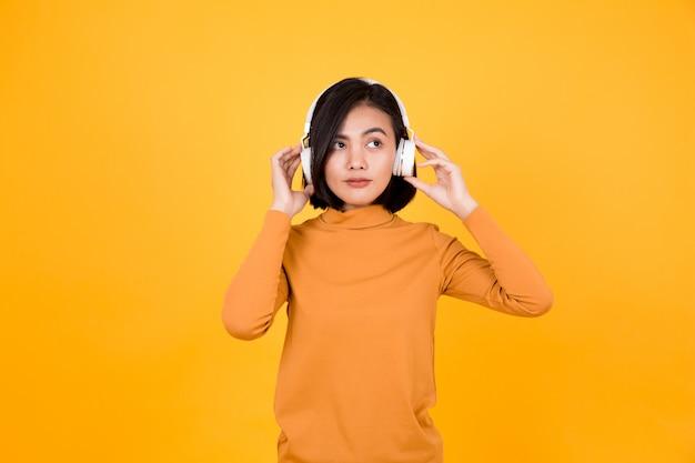 Donna che ascolta la musica con le cuffie bianche