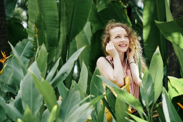 Donna che ascolta la musica in giardino