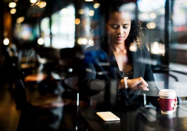 Donna che aspetta in un caffè