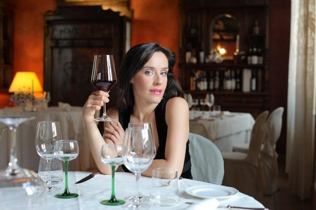 Donna che assaggia vini