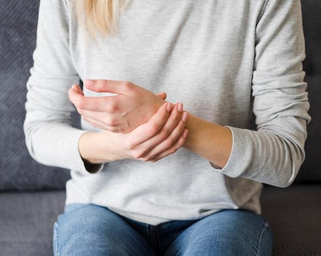 Donna che avverte dolore al polso