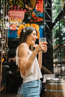 Donna che beve birra