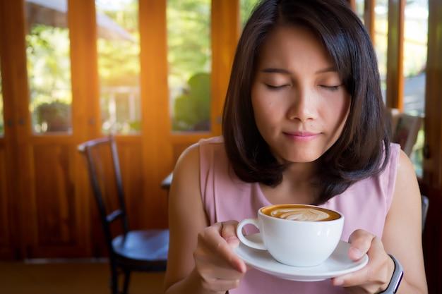 Donna che beve caffè caldo al mattino, rilassarsi tempo