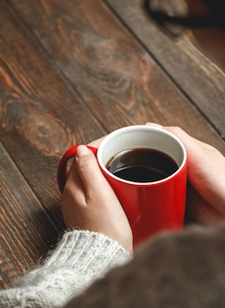 Donna che beve caffè caldo