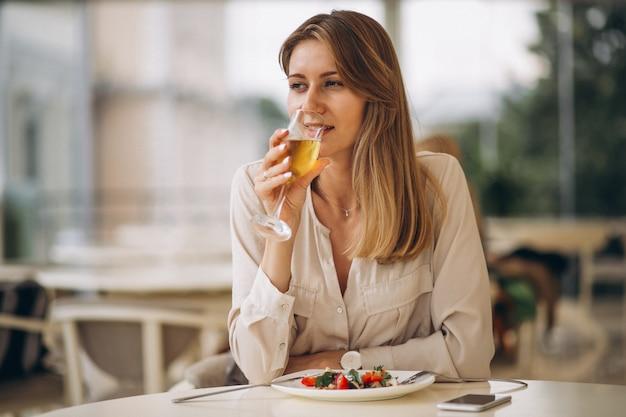 Donna che beve champagne