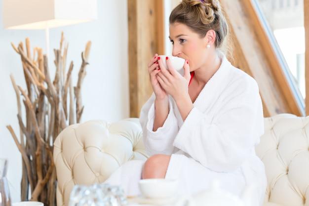 Donna che beve il tè nella spa di benessere
