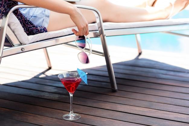 Donna che beve un cocktail