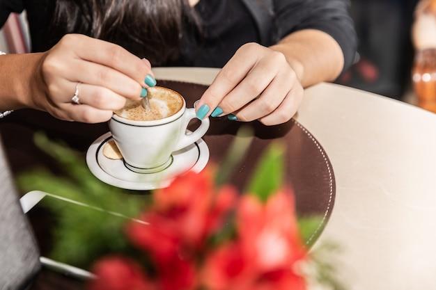 Donna che beve un tavolino. donne al caffè.