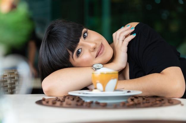 Donna che beve un tavolino.