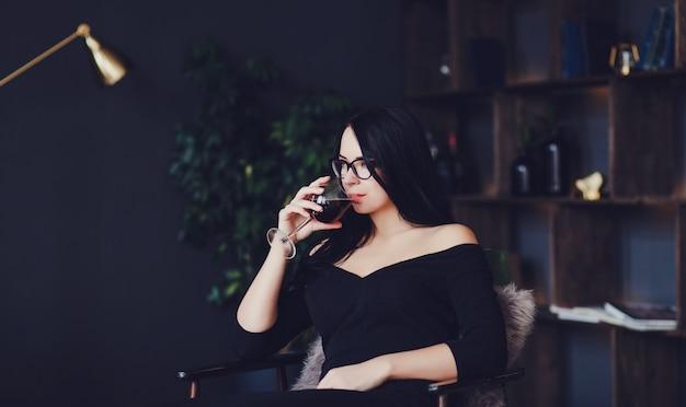 Donna che beve vino rosso