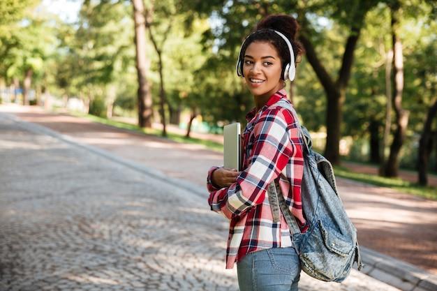 Donna che cammina all'aperto nel parco.