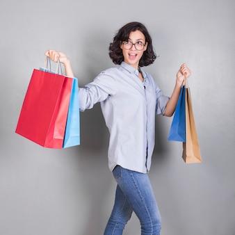 Donna che cammina con borse della spesa