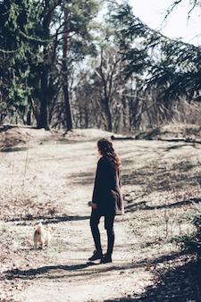 Donna che cammina con il corgi