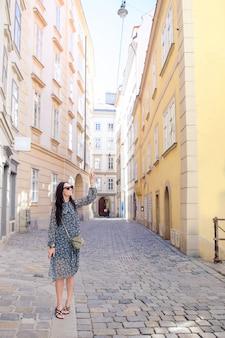 Donna che cammina in città. giovane turista attraente all'aperto in città europea