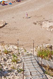 Donna che cammina in spiaggia